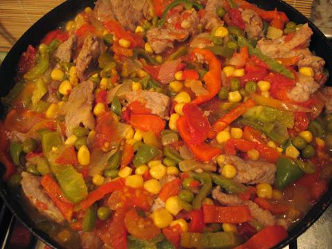 Говядина тушеная с овощной смесью