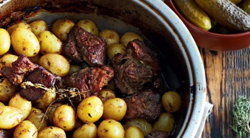 молодая картошка говядина запеченое огурцы маринованые