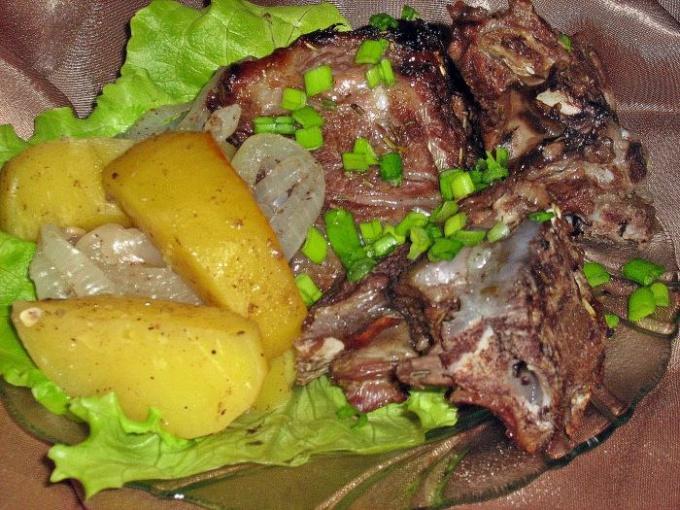 говяжьи ребра подача с луком и картошкой