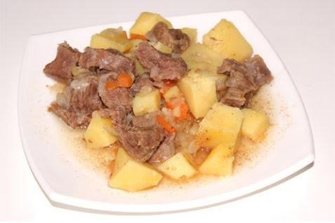 говядина с картошкой готовое на тарелке