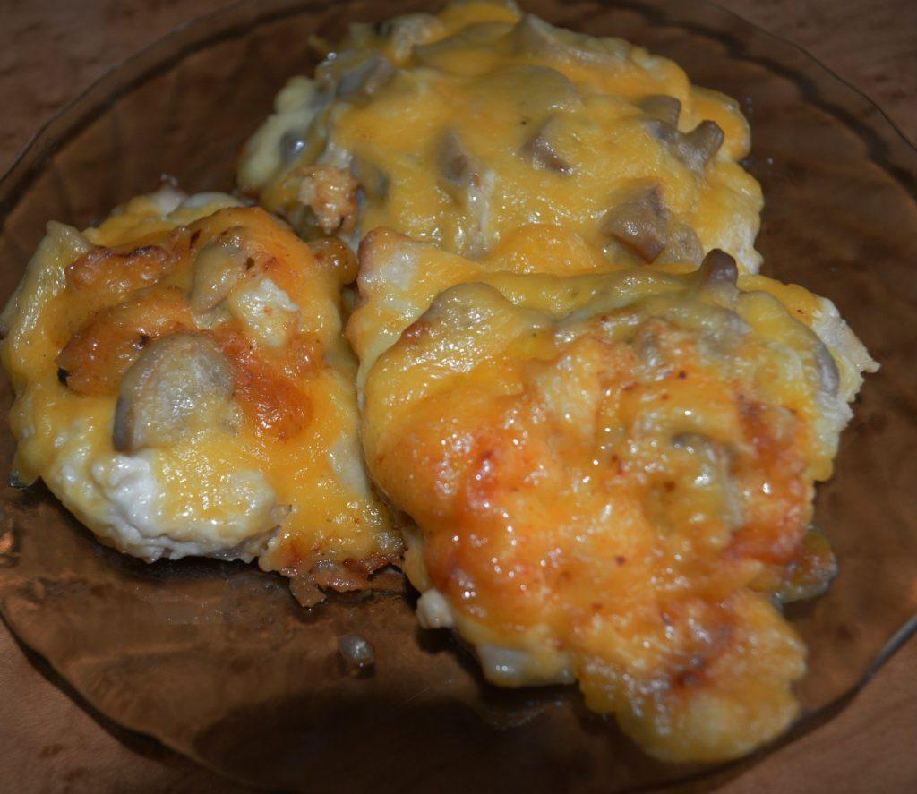 отбивные из курицы с грибами под сыром