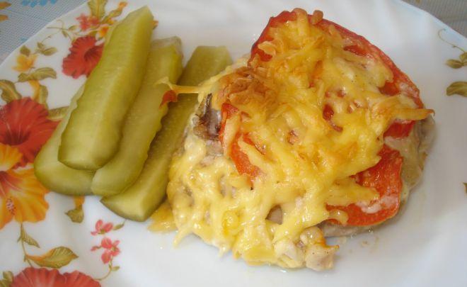 Куриное бедро под сыром с помидором, маринованные огурцы