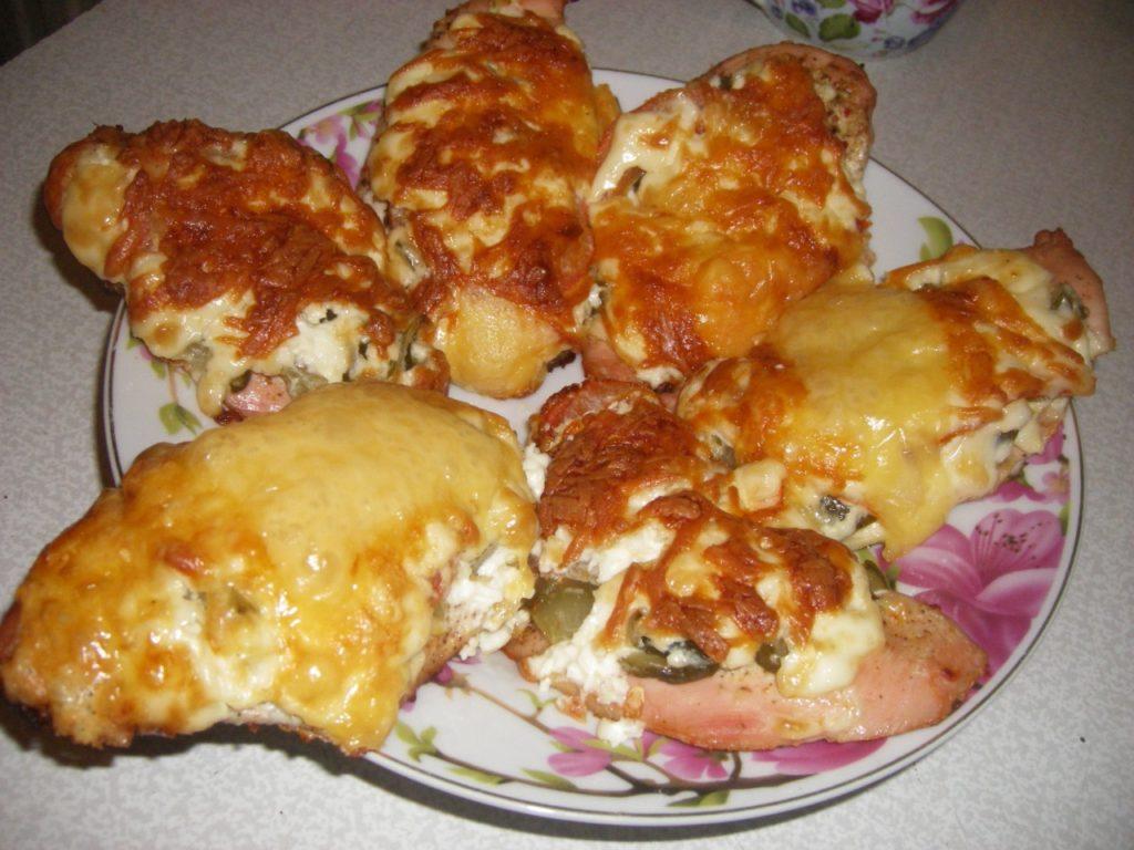 куриное филе с огурцами, томатами, под сыром
