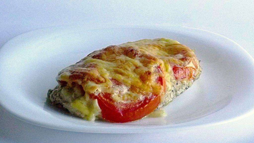 Свиная отбивная под томатом и сыром