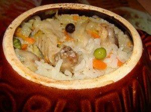 курица с рисом и горошком в горшочках