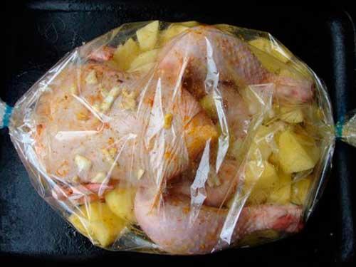 курица в рукаве с картошкой чесноком на противне