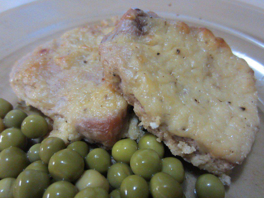 медальоны в горчичном соусе под сыром, горошек