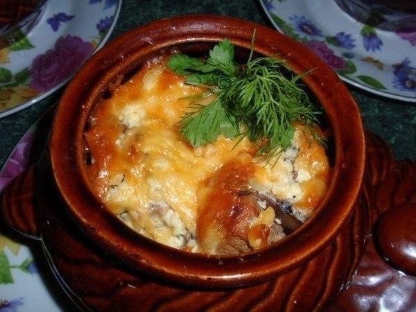 свиное мясо в горшочке под сырной шапкой
