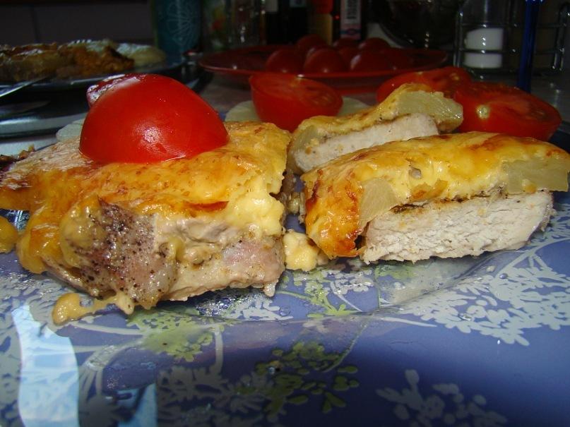 свиное мясо, запеченное с ананасами и сыром