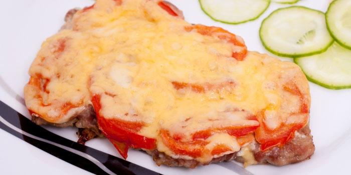 отбивная из свинины под сыром с томатами
