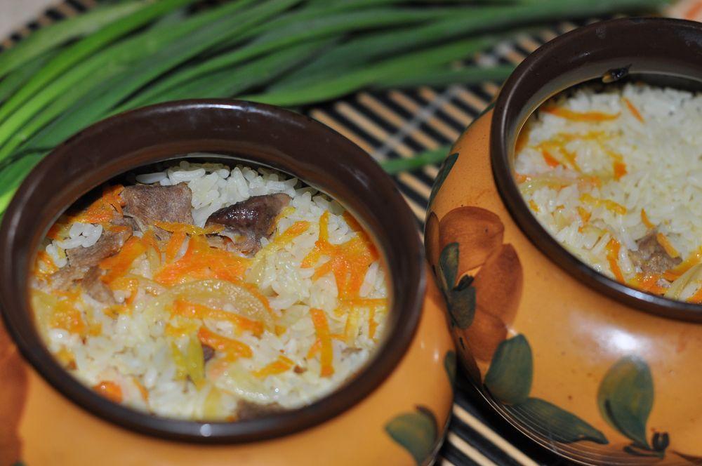 свинина с рисом в горшках