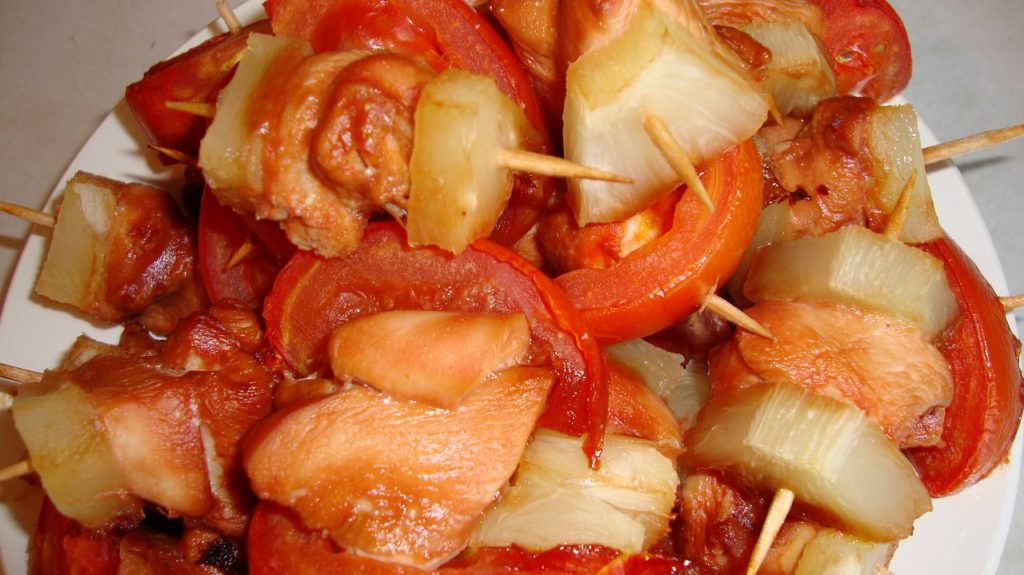 куриное мясо на шпажках с томатом черри и ананасом