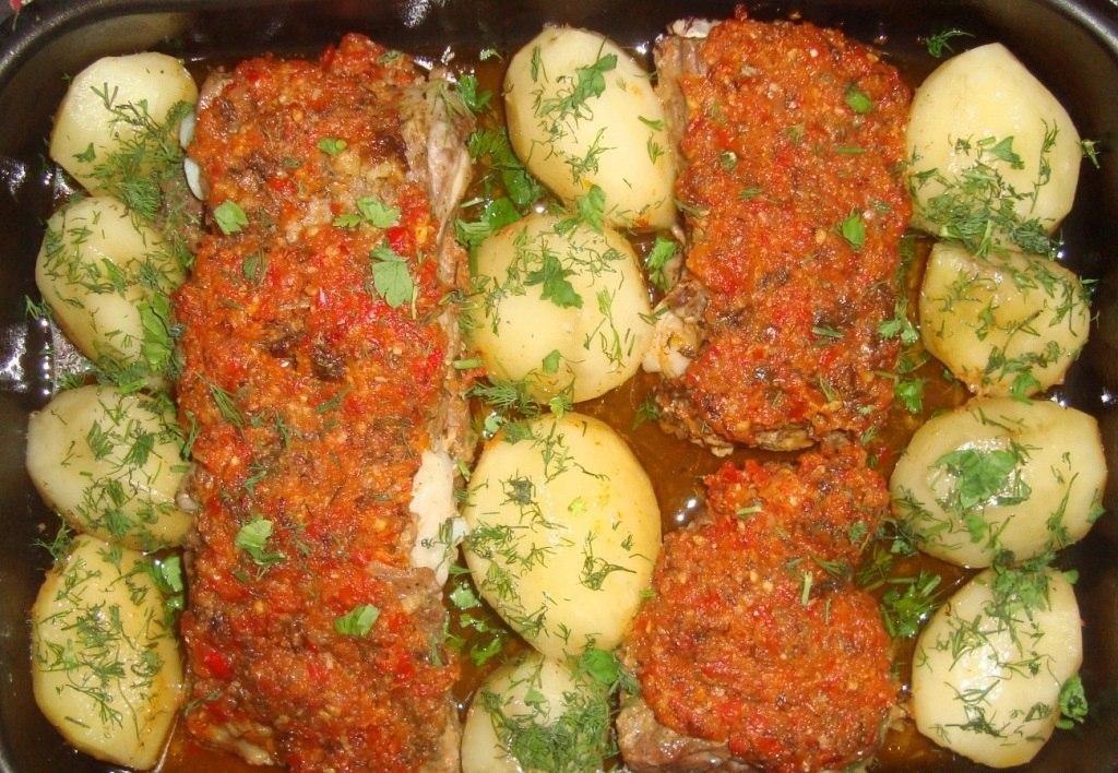 Свиные ребрышки с картофелем в остром соусе
