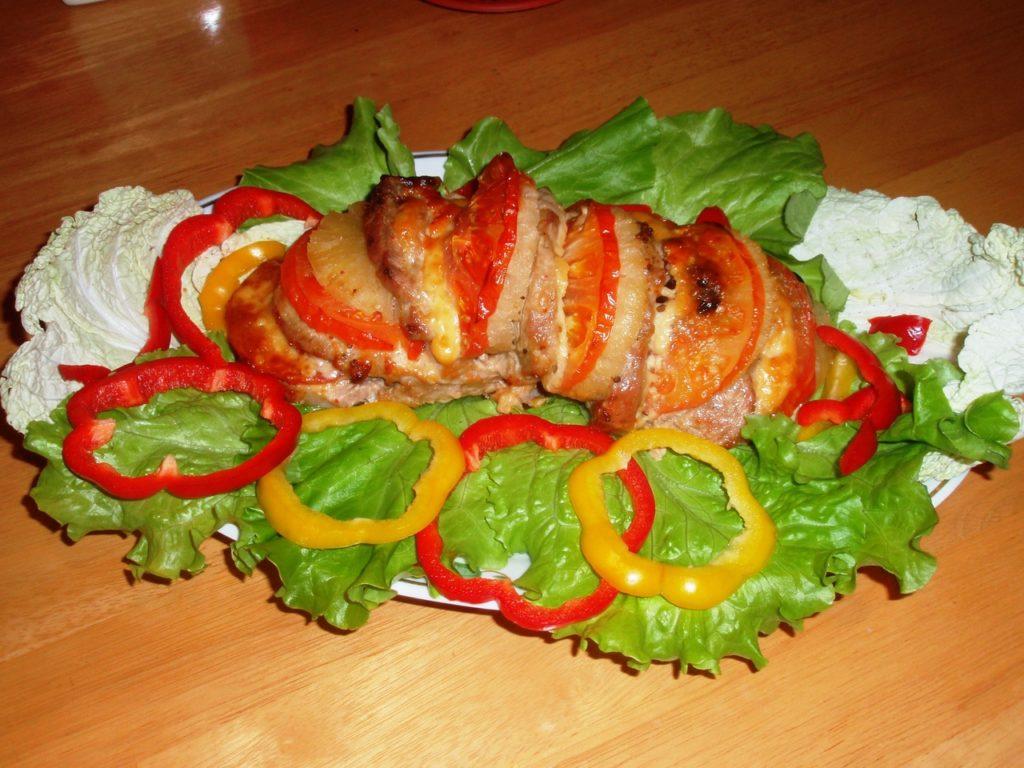 Гармошка из свинины с томатами и ананасами