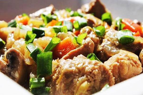Свинина с овощами и зеленью в духовке