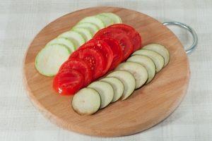Нарезанные овощи на доске