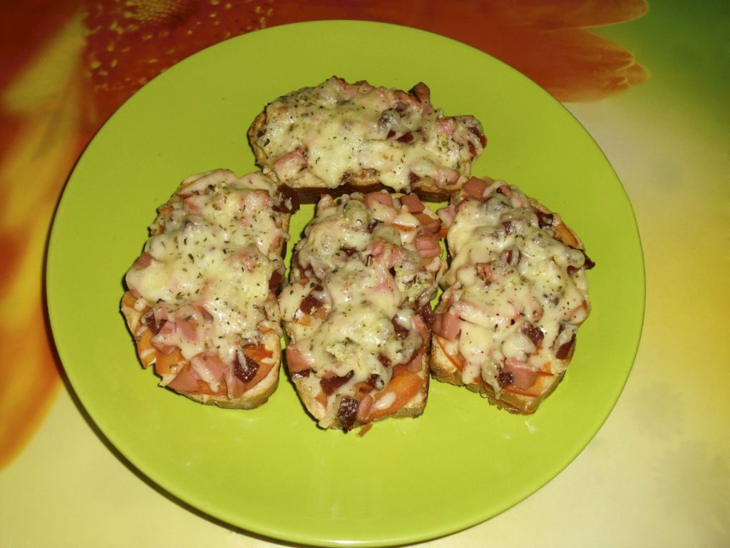 Горячие бутерброды с колбасой