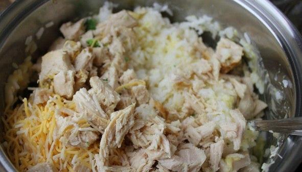 В емкости смешивается курица, рис, сыр