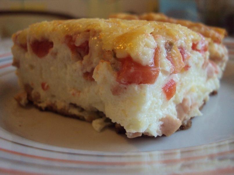 Порция омлета с колбасой и помидорами