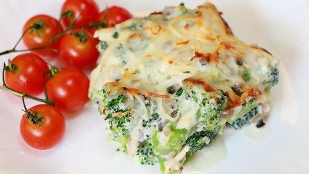 Зпеченная курица с брокколи в духовке под сыром, томаты черри