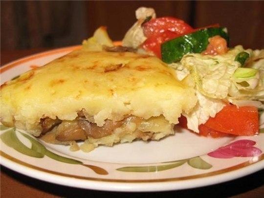 Кабачки под картофельной шубкой на тарелке