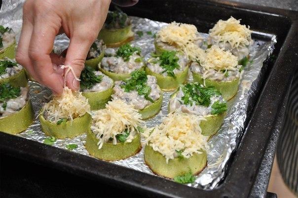 Перед запеканием разложите в кабачковые формы начинку и посыпьте сыром