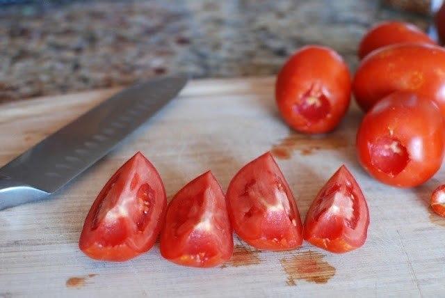 Нарезанные на дольки томаты