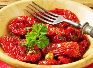 Закуска из вяленых томатов на тарелке