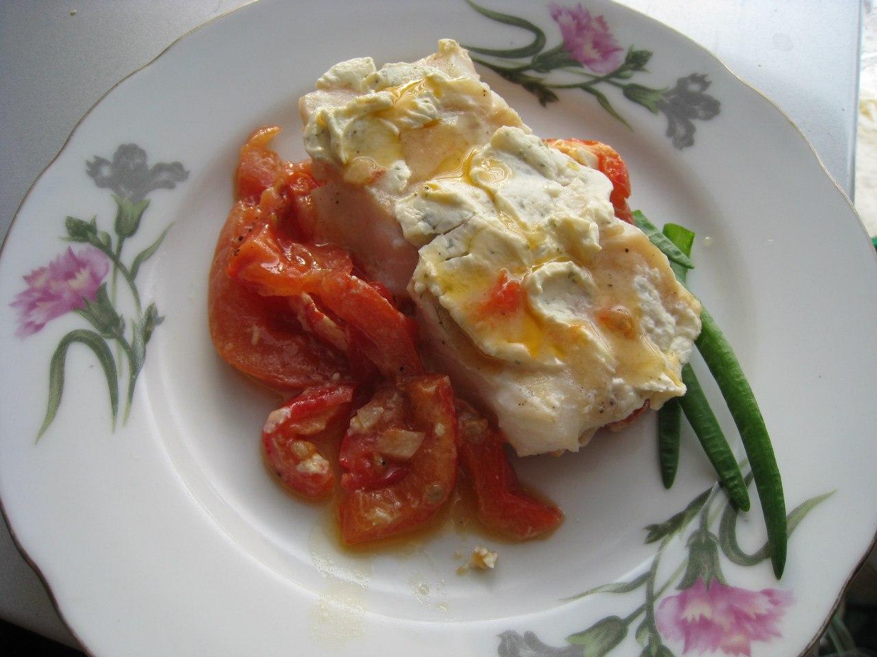 Филе судака под сырной шубой с томатами
