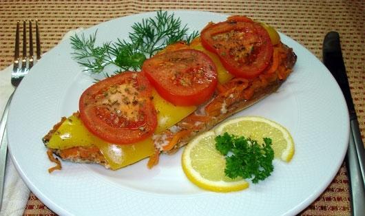 Скумбрия под томатами с перцем