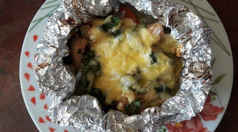 Говядина с овощами под сыром в фольге