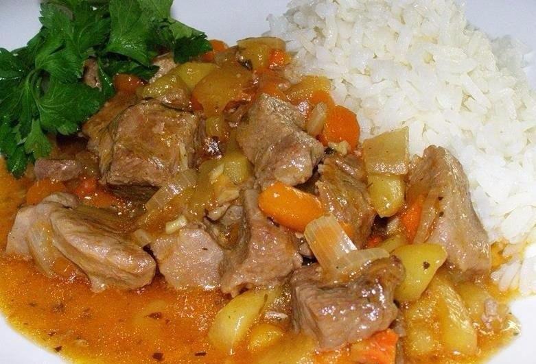 Тушеная с овощами индейка и отварной рис