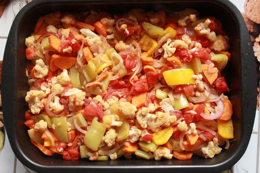 Пассерованные овощи в емкости для запекания