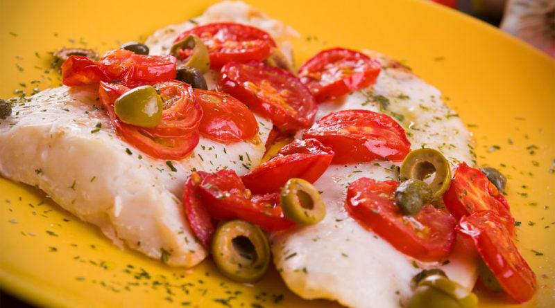Филе хека, томаты, оливки в специях