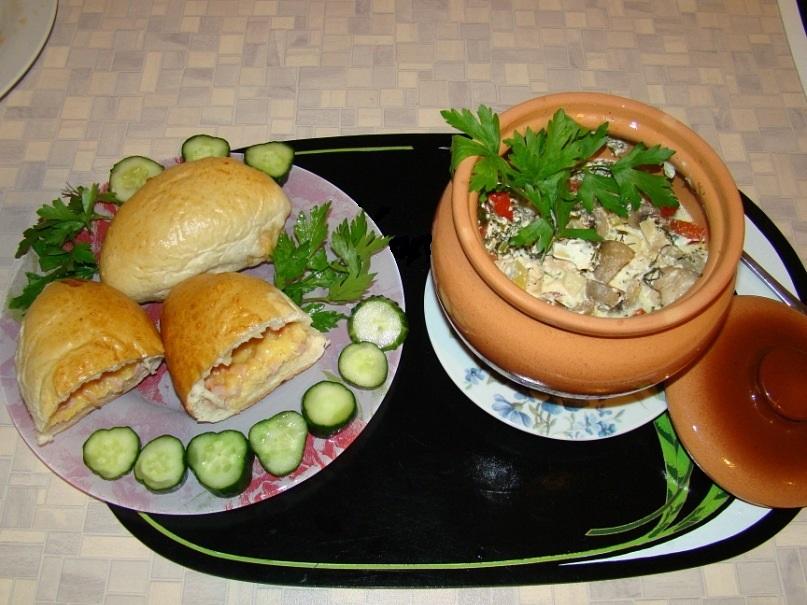 Грибы с индекой в горшке, пирожки на тарелке