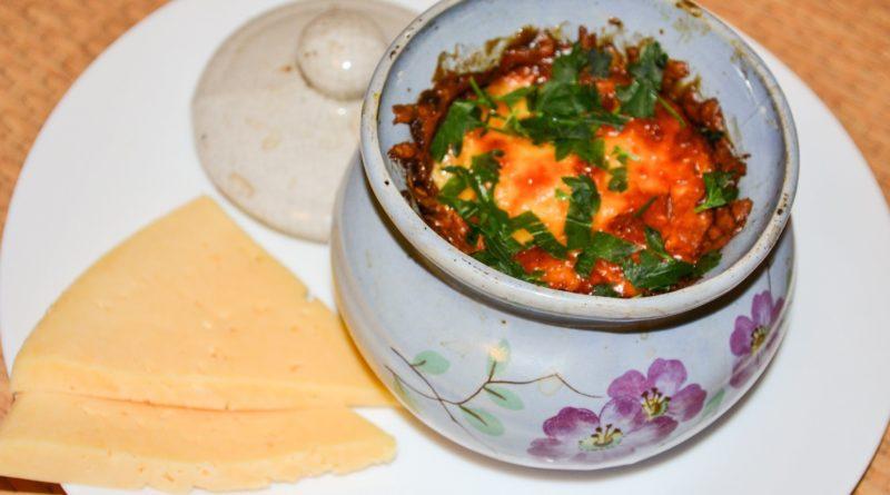 Горшочек с запеченной индейкой, кусочки сыра
