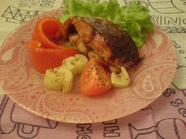 Сазан с овощами на тарелке