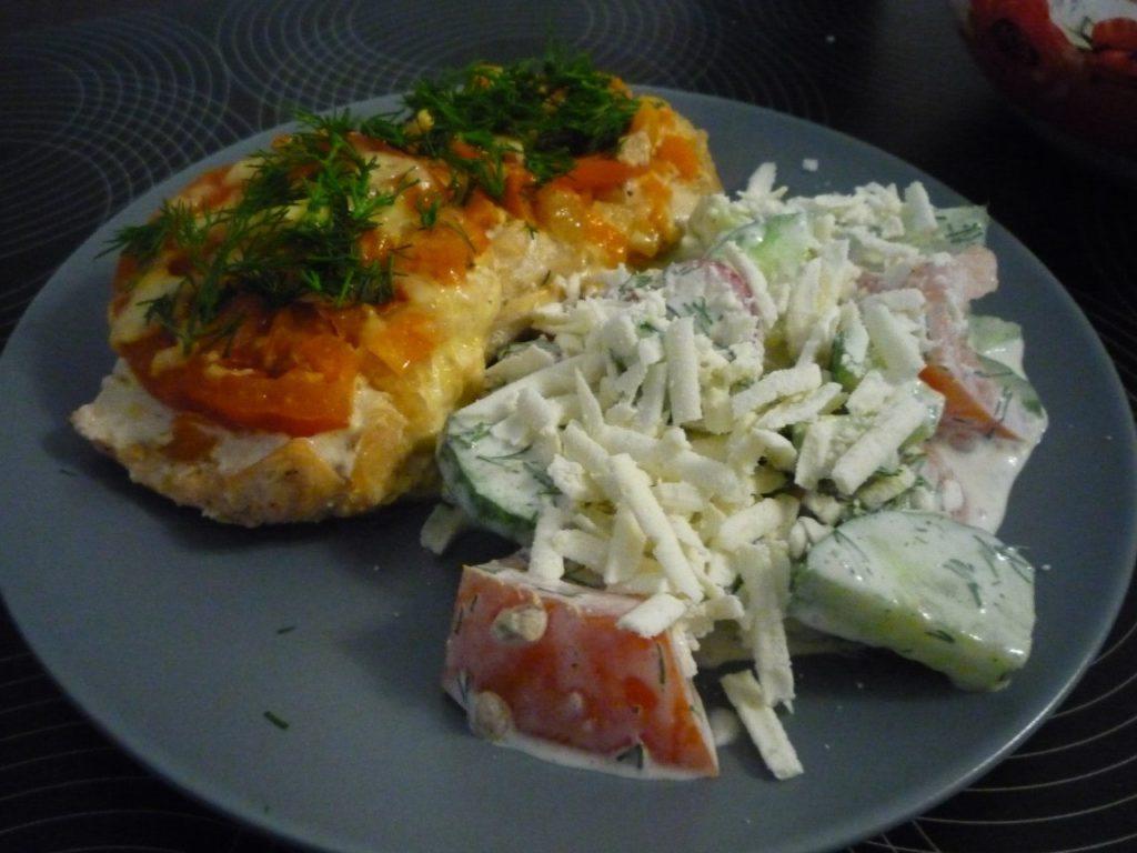 Семга с помидорами и салатом на тарелке