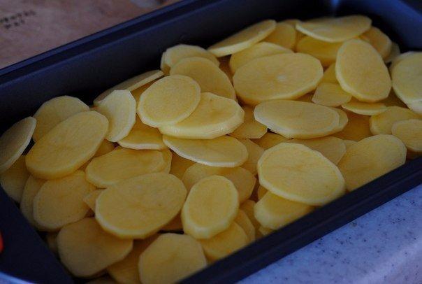 Ломтики картошки в форме для запекания