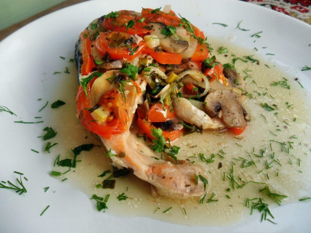 Стейк красной рыбы под овощами