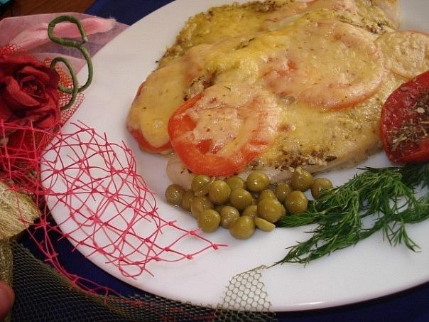 Тиляпия под помидорами и сыром