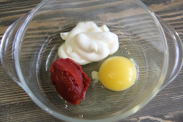 Яйцо, майонез, кетчуп до взбивания