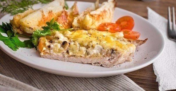 Готовые отбивные с сыром и помидорами в разрезе