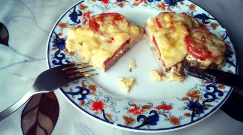 Отбивная из свинины с помидорами и сыром в разрезе
