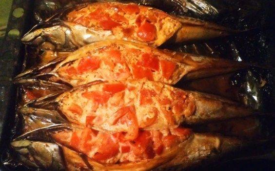 Скумбрия, фаршированная томатами