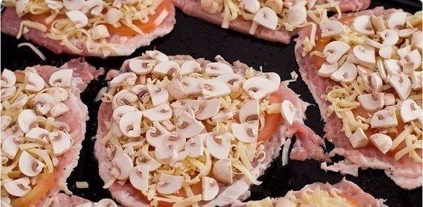 Укладка слоя из сыра и грибов