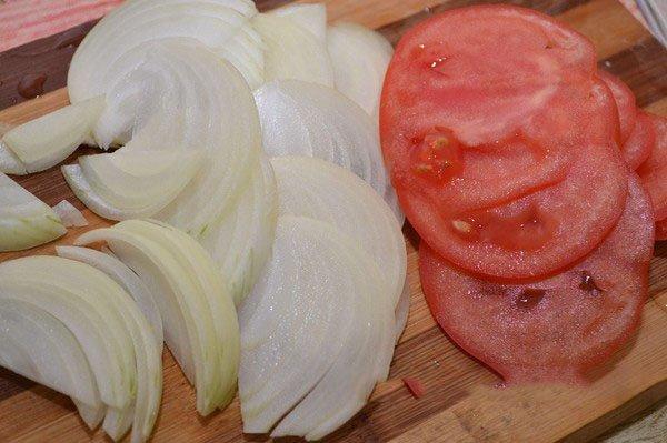 Нарезанные томаты и лук