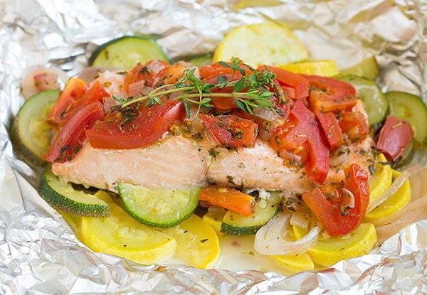 Запеченный лосось с овощами в духовке