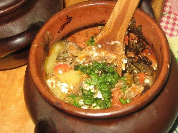 Говядина с картошкой и сушеными грибами под сыром