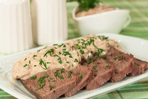 Запеченная говядина куском под соусом из сливок и грибов